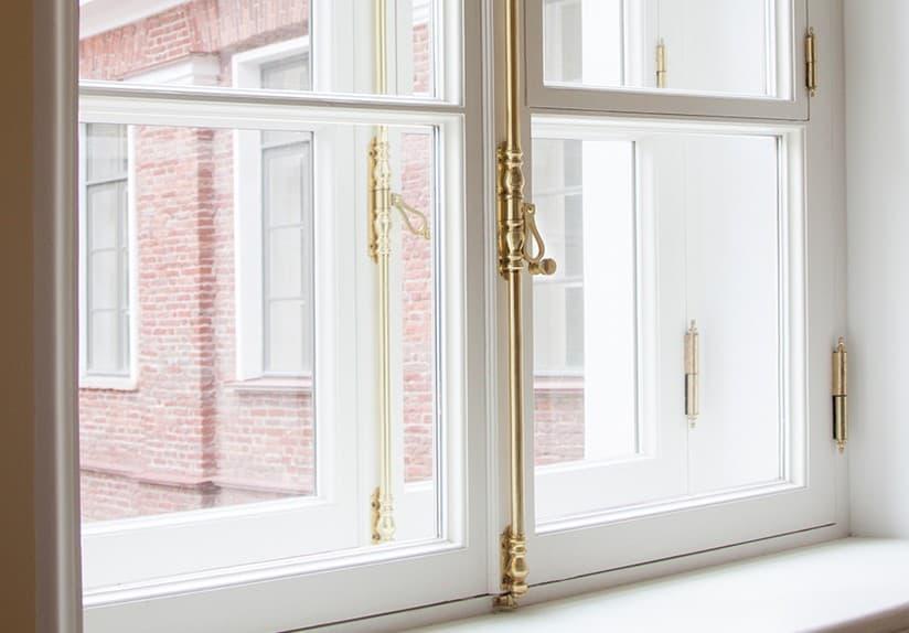 Исторические окна КГиОП из лиственницы со стеклопакетом